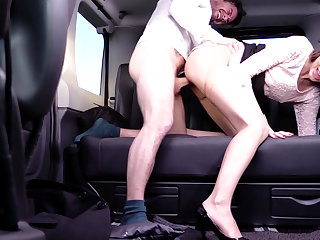 Cabbie to fuck the brush pussy